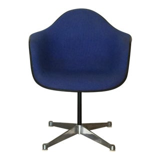 Impeccable Molded Swiveling Armchair by Charles and Ray Eames For Sale