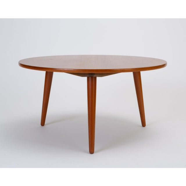 Designed by Hans Wegner in 1954 for Andreas Tuck, the AT-8 coffee table has a round teak surface and sits on three tapered...