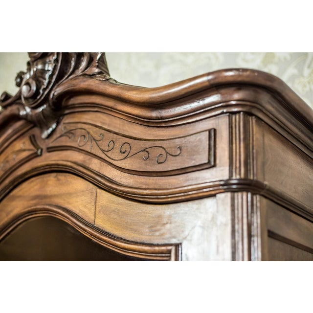 Early 20th-Century Walnut Neo-Rococo Showcase For Sale - Image 10 of 11