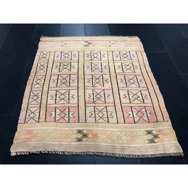 "1960s 1960s Vintage Beige Turkish Traditional Kilim Rug- 3'11"" x 4'5"" For Sale - Image 5 of 11"