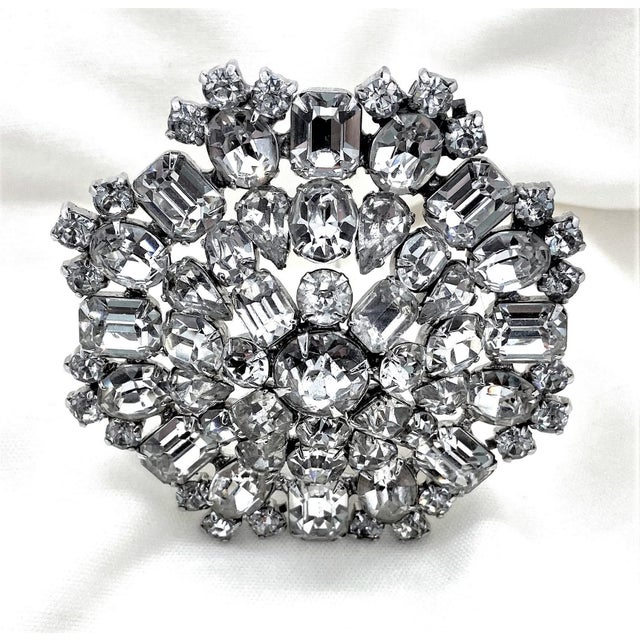 1950s Rhodium-Plated Faceted Glass Stone Brooch For Sale In Los Angeles - Image 6 of 10