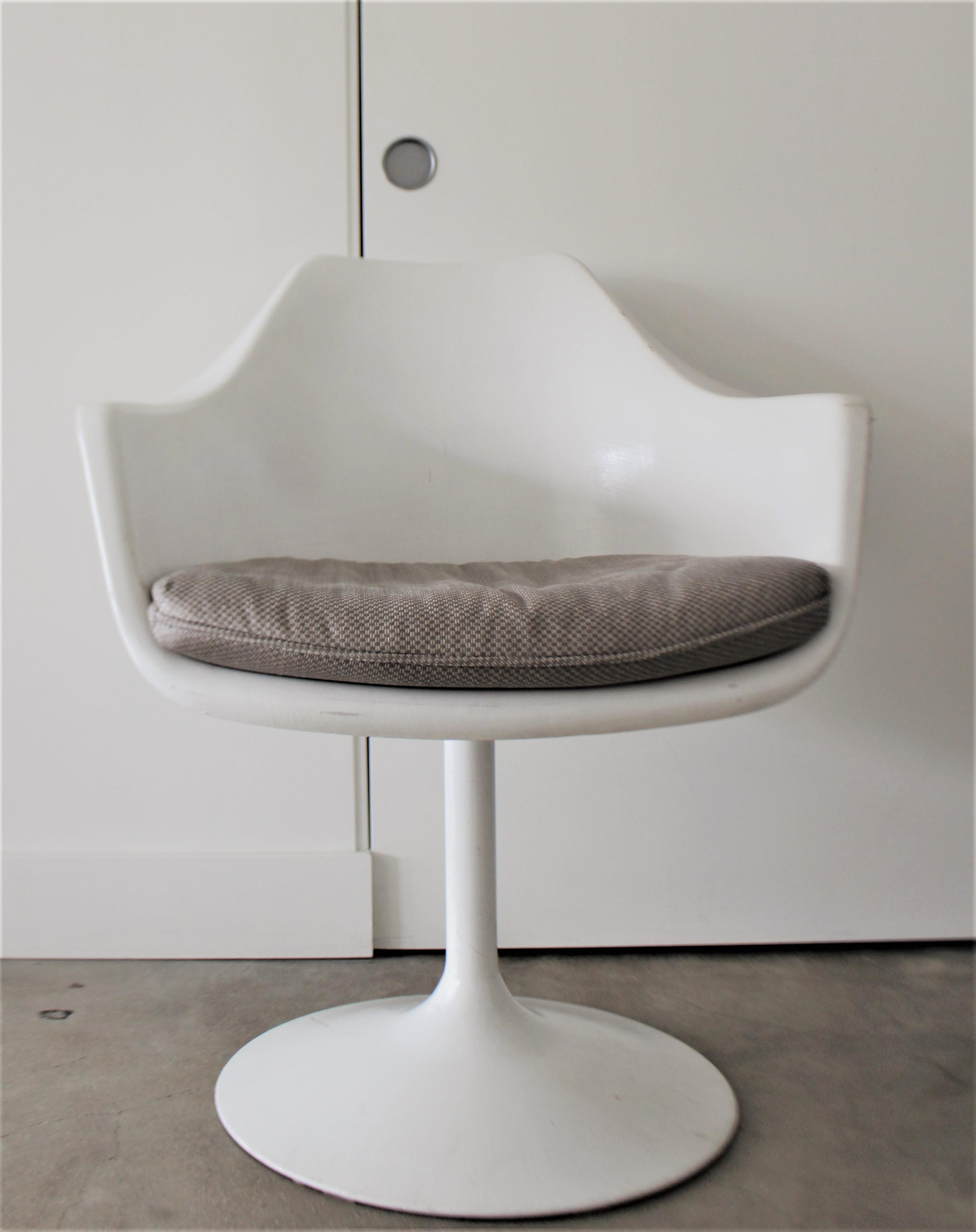 Four Gorgeous Vintage Fiberglass Chairs Styled After The Famous Saarinen  Tulip Chair. They Have Metal