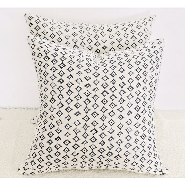 Contemporary Peter Dunham Kumbh Linen in Indigo/Natural Decorative Pillows - Pair For Sale - Image 3 of 5