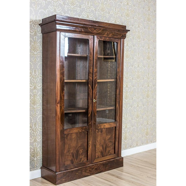 We present you this piece of furniture of a simple form in mahogany veneer. The two-door corpus has door leaves that are...