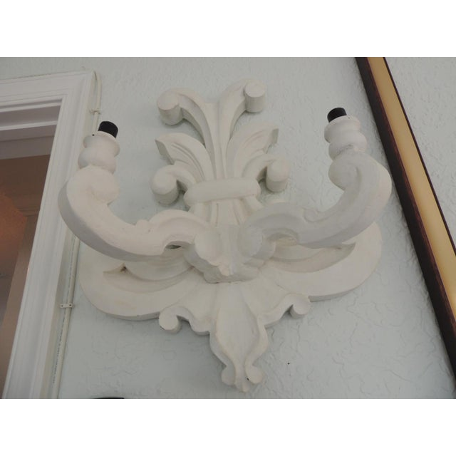 "Vintage White Plaster ""Fleur De Lis"" Wall Sconce After Dorothy Draper Style For Sale In Miami - Image 6 of 9"