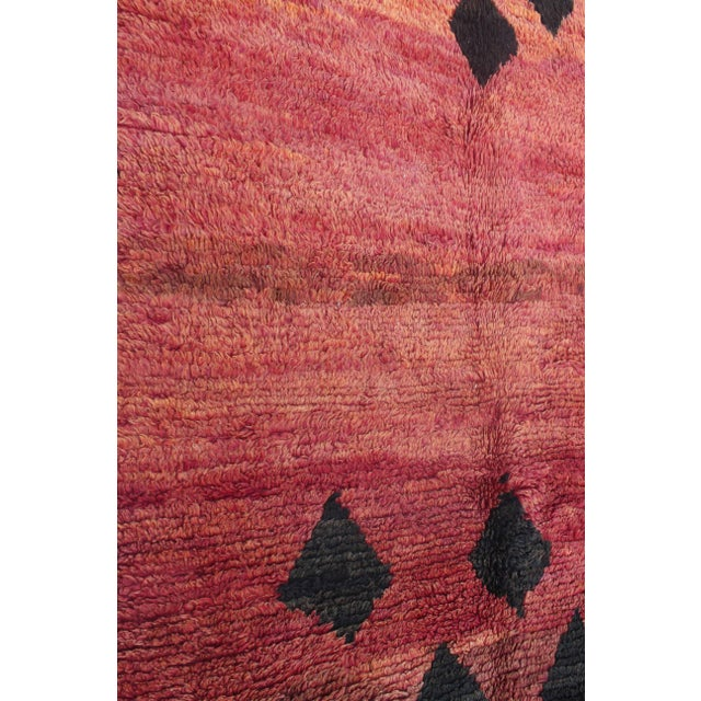 "1970s Beni M'guild Vintage Moroccan Rug 4'8"" X 8'4"" For Sale - Image 5 of 6"