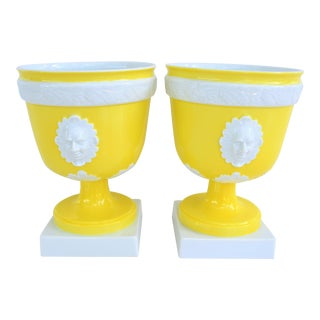 1970s Vintage Mottahedeh Lemon & White Neoclassical Pedestal Cachepots - a Pair For Sale