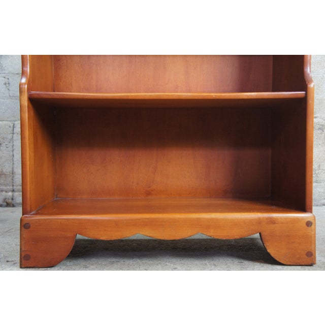 Early American Willett Furniture Golden Beryl Maple Bookcase For Sale - Image 9 of 10