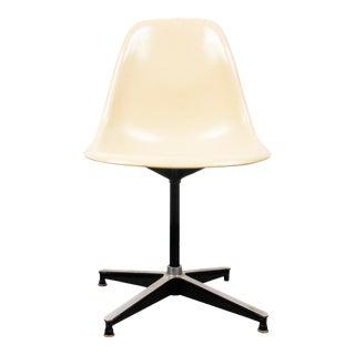 Eames for Herman Miller Mid-Century Modern Fiberglass Swivel Chair For Sale