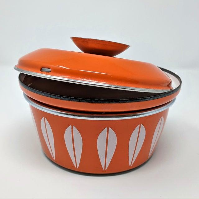 Cathrineholm 1960s Vintage Grete Prytz Kittelsen for Cathrineholm Enamel Lotus Saucepan For Sale - Image 4 of 12