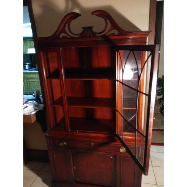 Hepplewhite Bernhardt Mahogany Glass Front China Cabinet For Sale - Image 3 of 11