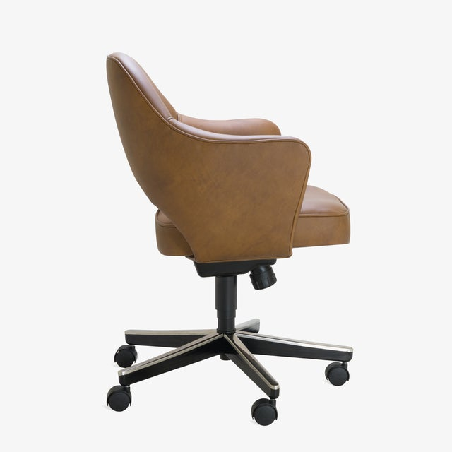 Mid-Century Modern Saarinen Executive Arm Chair in Saddle Leather, Swivel Base For Sale - Image 3 of 8