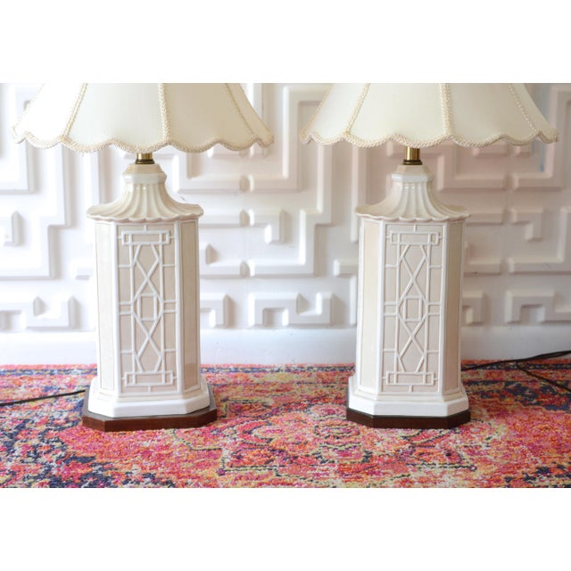 1970s White Frederick Cooper Chinoiserie Table Lamps With Scalloped White Shades For Sale - Image 5 of 11