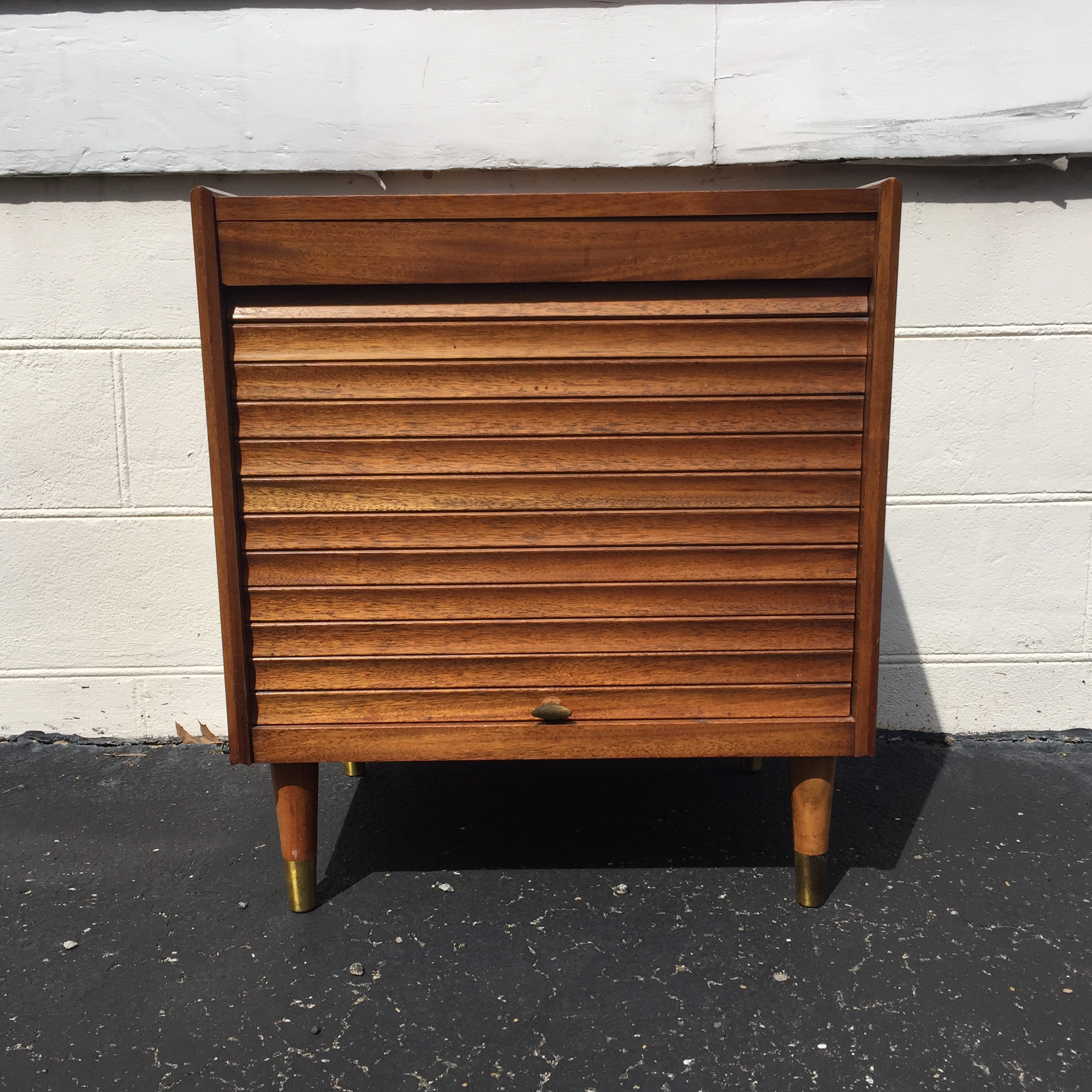 Great Accordion Door Stereo Stand With Record Storage. Nice Glossy Finish  In Great Condition.
