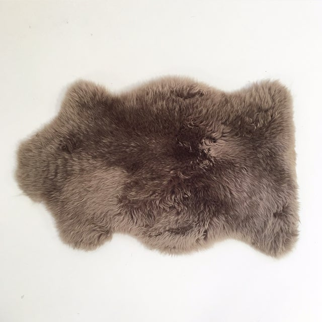 "Grey Sheepskin Rug - 2'4"" x 3'4"" - Image 2 of 3"