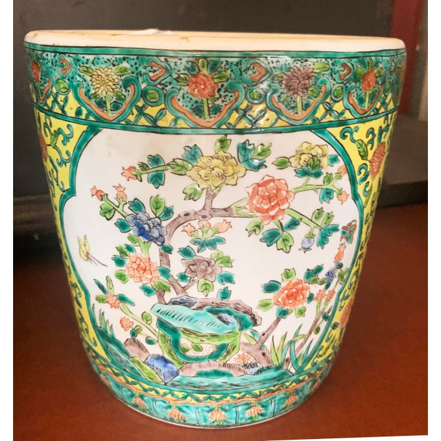 Chinoiserie Chinoiserie Yellow Porcelain Pot Accented With Green Foliate and Floral Motifs For Sale - Image 3 of 9