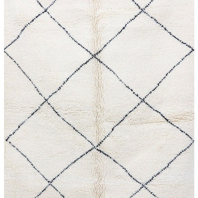 """Contemporary Contemporary Beni Ourain Vintage Moroccan Rug - 5'0"""" X 8'4"""" For Sale - Image 3 of 6"""