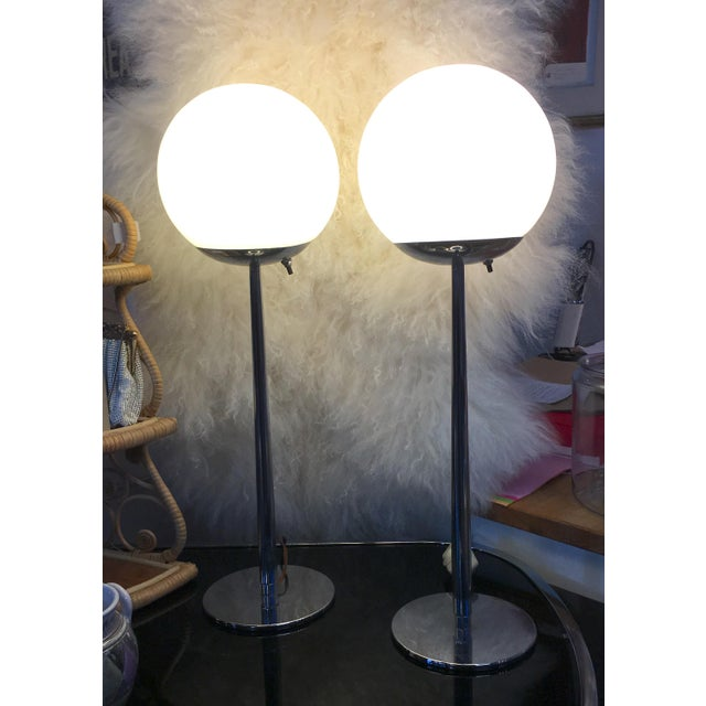 Mid 20th Century Lightolier Glass and Chrome Mid Century Modern Table Lamps - a Pair For Sale - Image 5 of 6