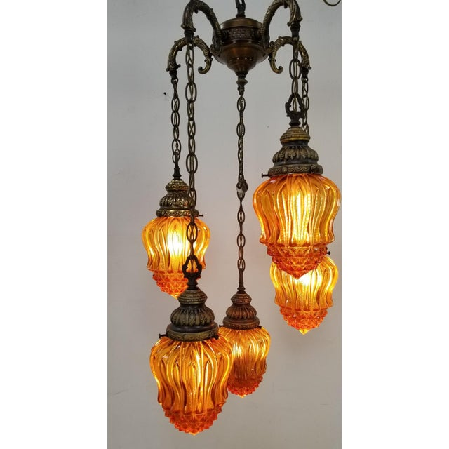 1960s Mid-Century Modern Hollywood Regency Amber Swag 5 Crackle Globe Brass Hanging Lamp For Sale - Image 11 of 13