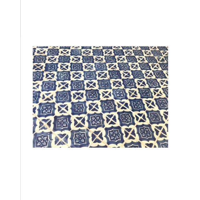 1970s Mid-Century Blue and White Spanish Tile Top Table and Six Saarinen Tulip Chairs Set For Sale - Image 5 of 12