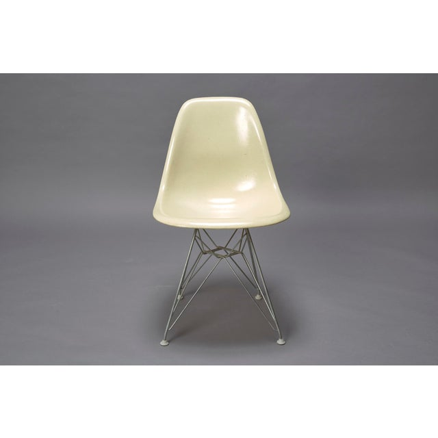This chair is designed by Charles Eames and produced by Herman Miller in the 1950s. The armless fiberglass bucket/shell...
