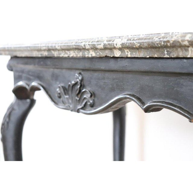 Important antique centre table Louis XV, 18th century. The coffee table has elegant shaky legs with very refined carved...
