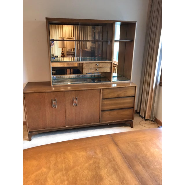 https://chairish-prod.freetls.fastly.net/image/product/sized/a50f7952-5b3d-41bf-907b-e5442aff184d/mid-century-modern-glass-doors-mirrored-dining-room-china-cabinet-2-piece-hutch-9656?aspect=fit&width=640&height=640