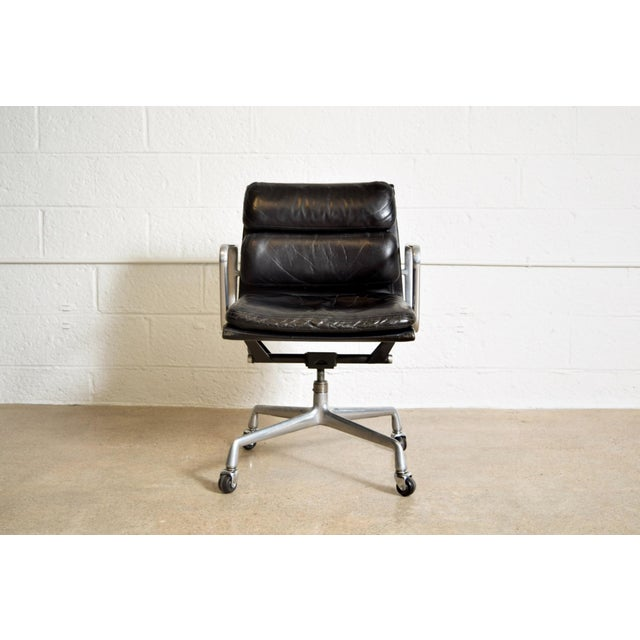 Danish Modern Original Eames for Herman Miller Aluminum Group Soft Pad Management Office Chair with Arms For Sale - Image 3 of 11