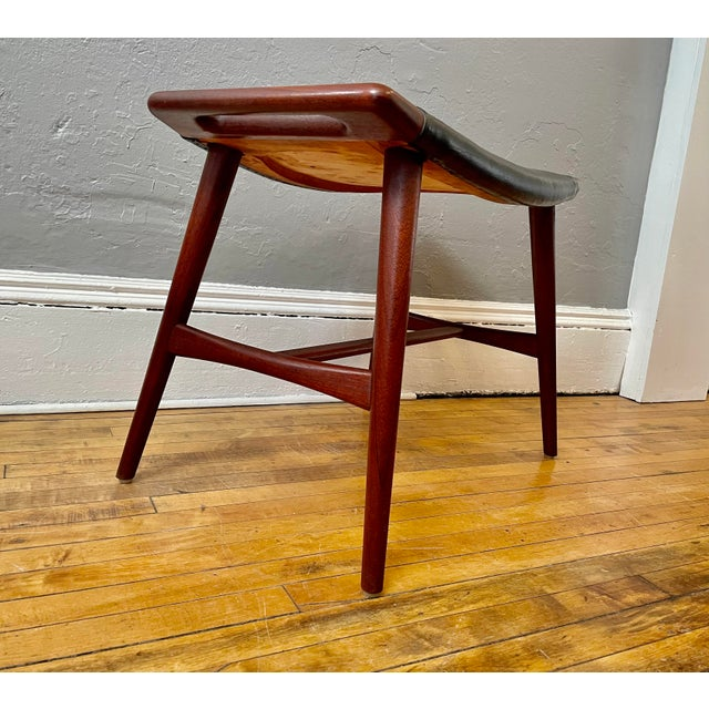 Mid-Century Modern 1950s Hans Wegner Piano Stool in Teak and Black Leather For Sale - Image 3 of 10