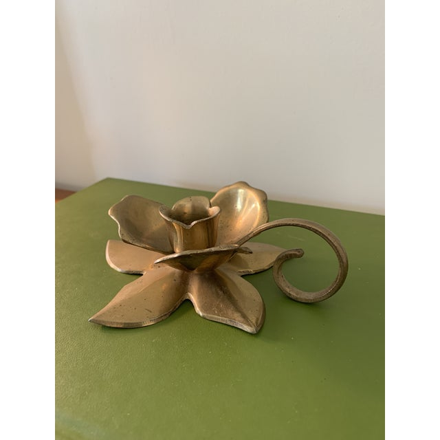 Stunning brass mid-century modern brass candlestick holder. Done in a floral motif with handle.