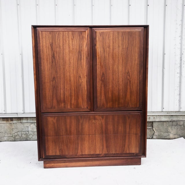 This stunning mid-century chest of drawers by Dillingham features spectacular walnut finish, simple modern style, and six...