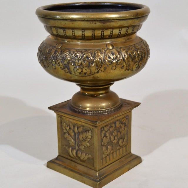 Sweet little urn with lovely patterning.