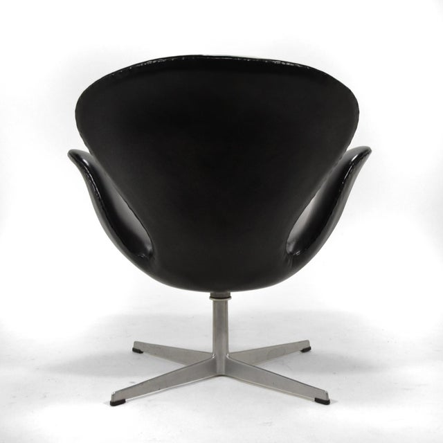 Arne Jacobsen Swan Chair in Black Leather by Fritz Hansen For Sale In Chicago - Image 6 of 8