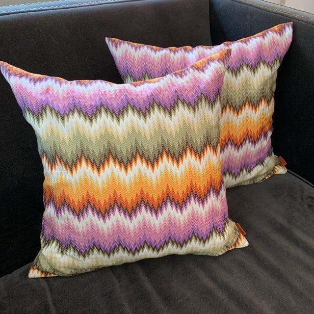 Decorative cushions in 100% cotton with a multicolor zigzag print in bright tones. Dimensions 16x16 in. Goose down...