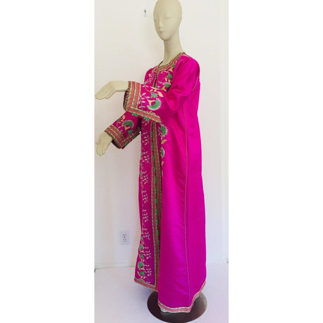 Textile Gorgeous Moroccan Caftan in Hot Pink Fuchsia Maxi Dress Kaftan For Sale - Image 7 of 13