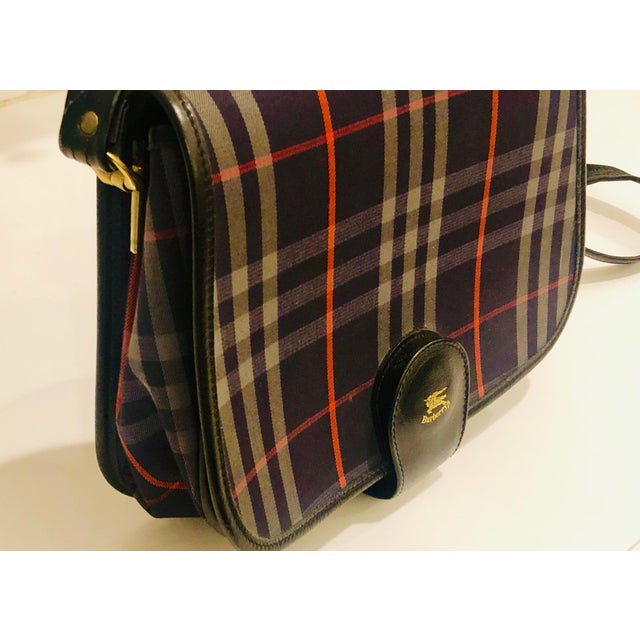 English Traditional 1980s New Vintage Burberry Plaid Shoulder Bag For Sale - Image 3 of 9