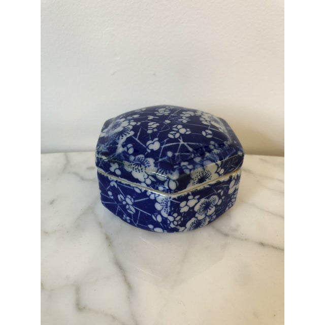 Late 20th Century Blue & White Ceramic Chinoiserie Box For Sale - Image 9 of 9