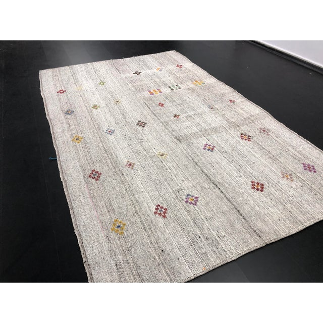 Textile 1960s Vintage Floral Patterned Traditional Turkish Anatolian Aztec Handwoven Kilim Rug- 6′10″ × 11′3″ For Sale - Image 7 of 11