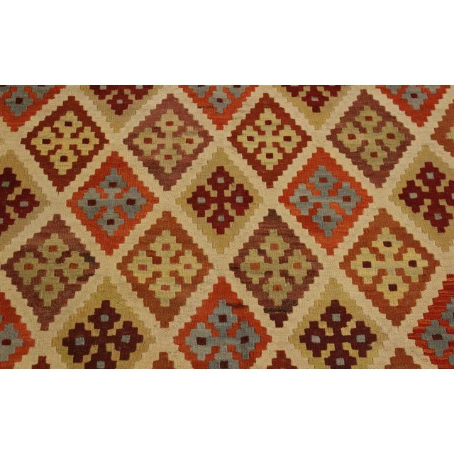 Abstract Rosetta Beige/Gold Hand-Woven Kilim Wool Rug -5'10 X 7'8 For Sale In New York - Image 6 of 8
