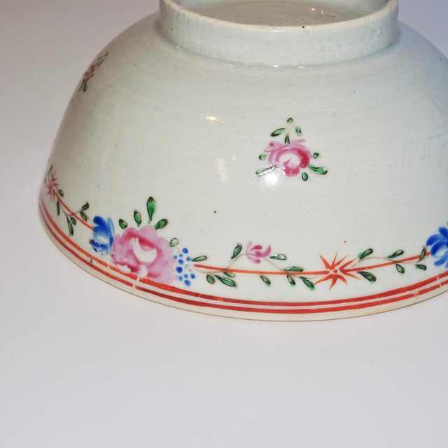 Ceramic 19th Century Chinese Porcelain Export Bowl With Floral Decoration For Sale - Image 7 of 8