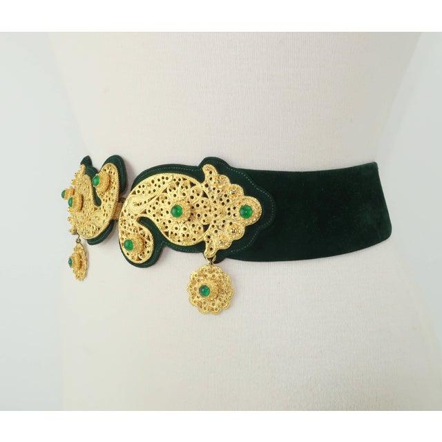 Judith Leiber 1970's Judith Leiber Gold Filigree Mughal Style Emerald Green Belt For Sale - Image 4 of 11