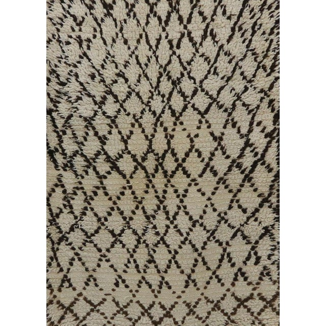 "Beni Ourain Vintage Moroccan Rug, 2'9"" X 5'8"" Feet For Sale - Image 4 of 6"