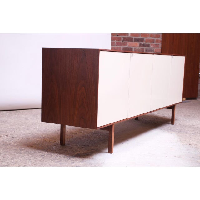 Florence Knoll Vintage Florence Knoll White Lacquer and Walnut Model 541 Credenza / Cabinet For Sale - Image 4 of 13