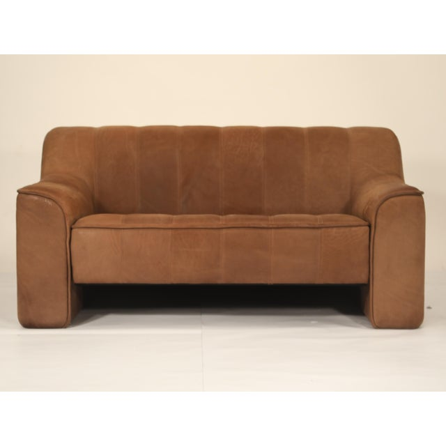 This incredible channel-tufted adjustable DS-44 settee sofa by De Sede, the leading Swiss design company since the 1960s,...