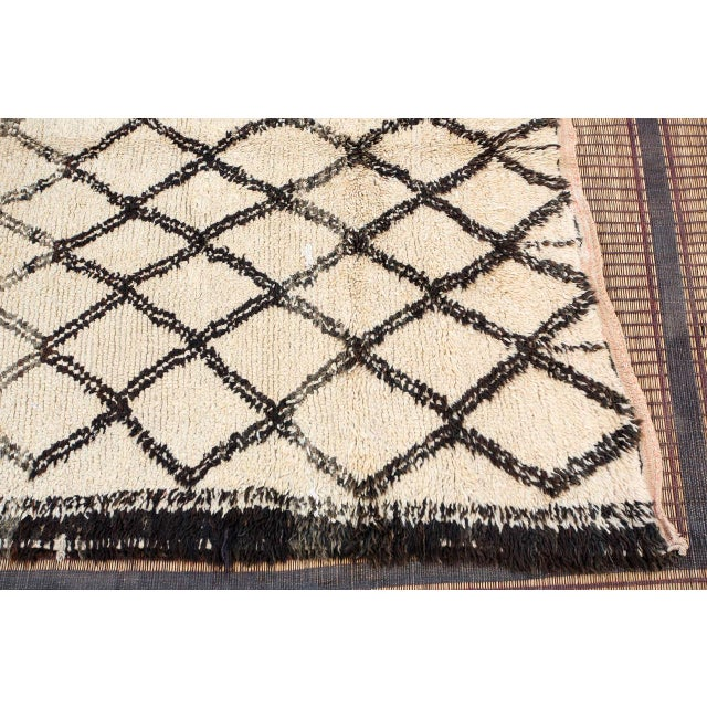 Vintage Moroccan Beni Ouarain White Rug For Sale In Los Angeles - Image 6 of 10