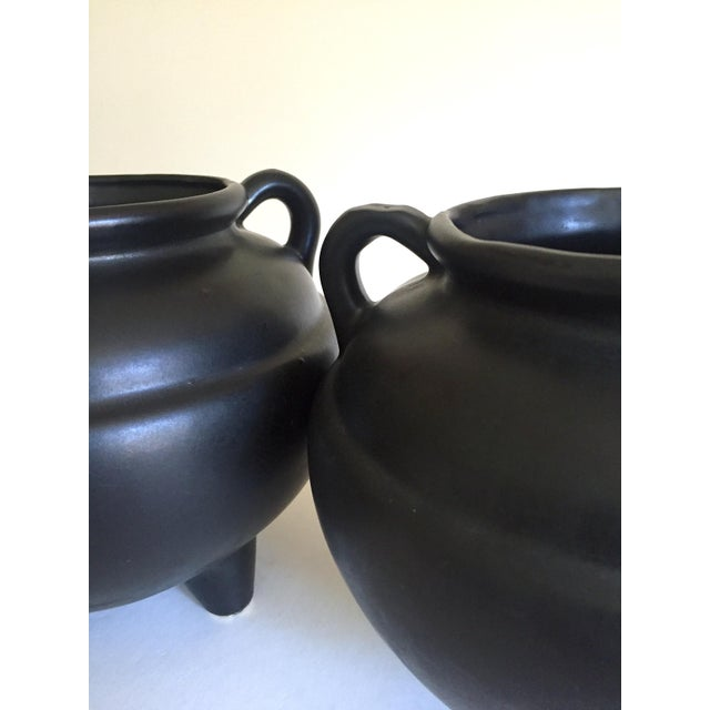 Robinson Ransbottom Pottery Co. 1920's Art Deco Robinson Ransbottom Art Pottery Black Ceramic Jardinier Handled Planter Urns - a Pair For Sale - Image 4 of 13