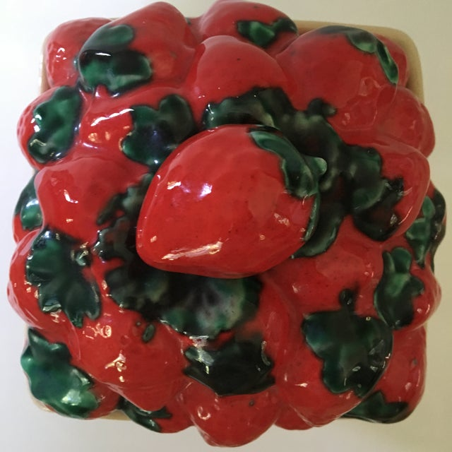 1970s 1970s Trompe l'Oeil House of Webster Ceramic Strawberry Pint Container For Sale - Image 5 of 9