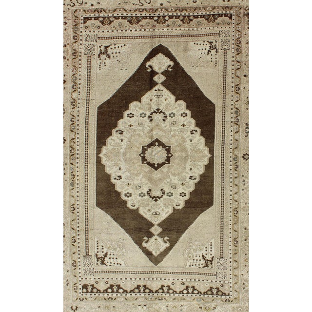 Turkish Keivan Woven Arts, Tu-Dur-445, Vintage Mid-Century Turkish Oushak Rug - 4′9″ × 7′8″ For Sale - Image 3 of 7