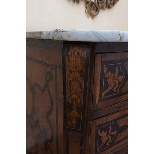 Italian 18th Century Italian Walnut Veneered Commode With White Marble Top For Sale - Image 3 of 11