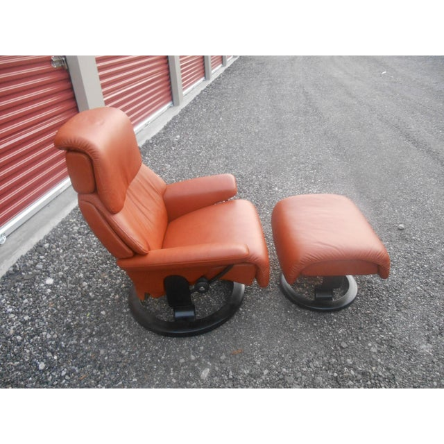 "Early 21st Century Ekornes Stressless ""Dream"" Model Recliner & Ottoman For Sale - Image 5 of 11"